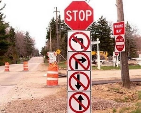 Vejskilte samlet et sted med forbud mod at dreje til højre, venstre, gøre frem eller tilbage.