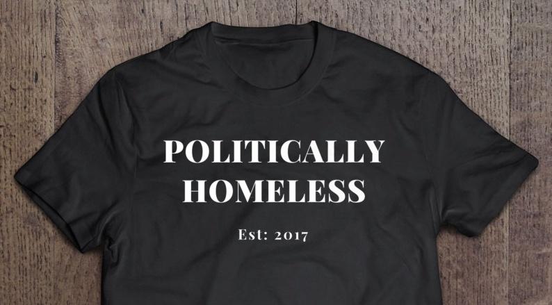 Sort T-shirt med tekst Politically Homeless